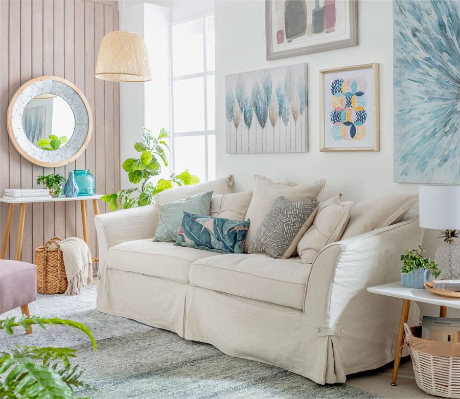 Puedes guardar complementos de tu living como mantas o cojines decorativos, en canastas o baúles