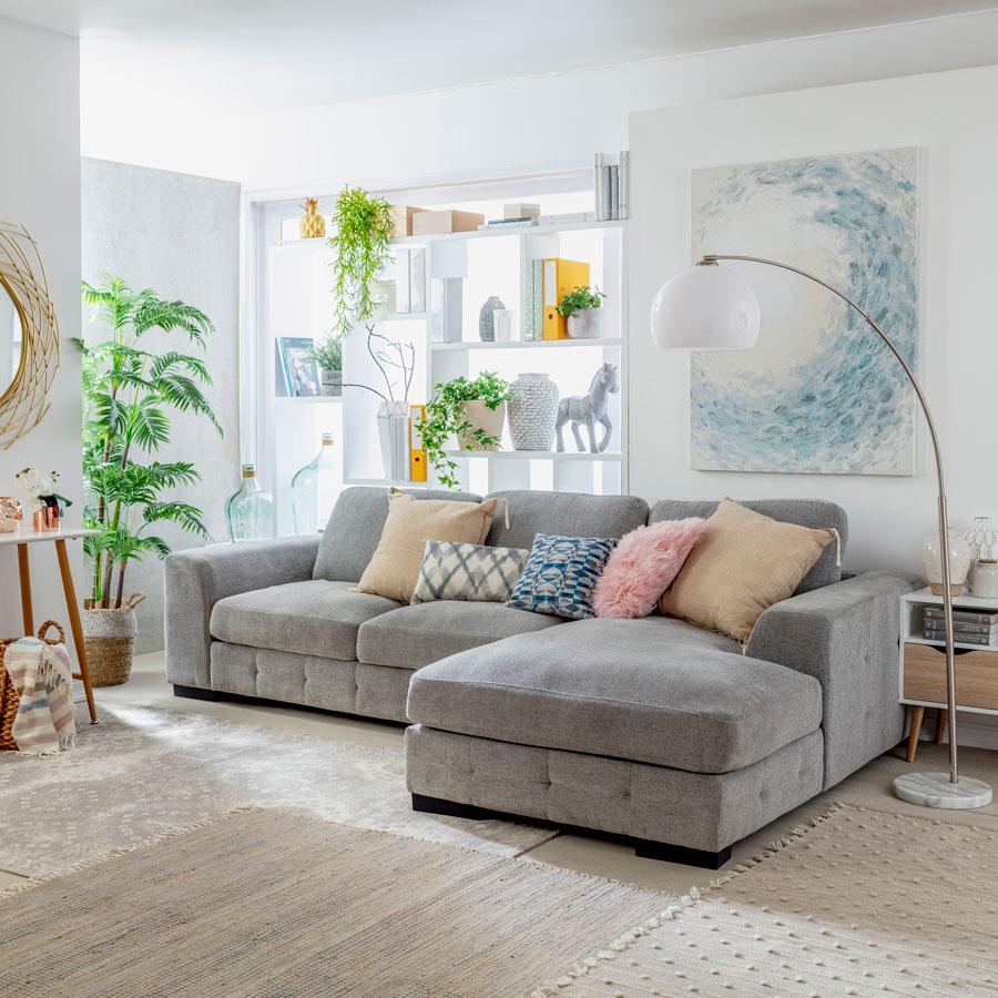 Un sofá seccional es una buena alternativa para poder acostarse al ver televisión