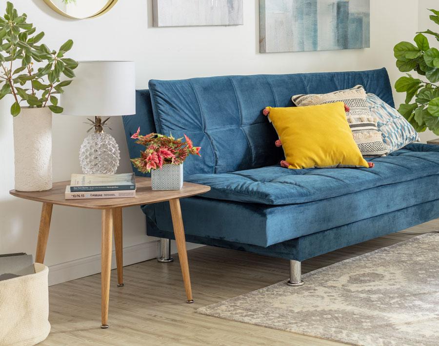 Una mesa lateral al lado del sofá, para posicionar objetos