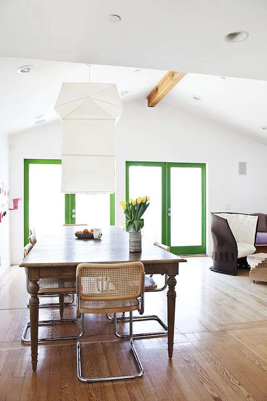 En un gran espacio abierto, los marcos de las puertas están pintados de un color verde brillante.