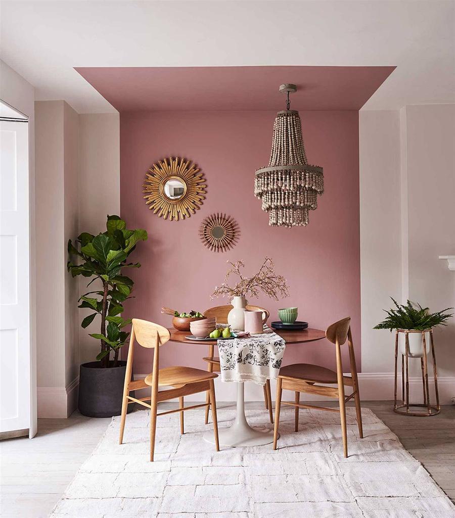 En un comedor, puedes pintar una figura geométrica de piso a techo, como muestra la imagen. También poner espejos o cuadros, y una lámpara de techo colgante.