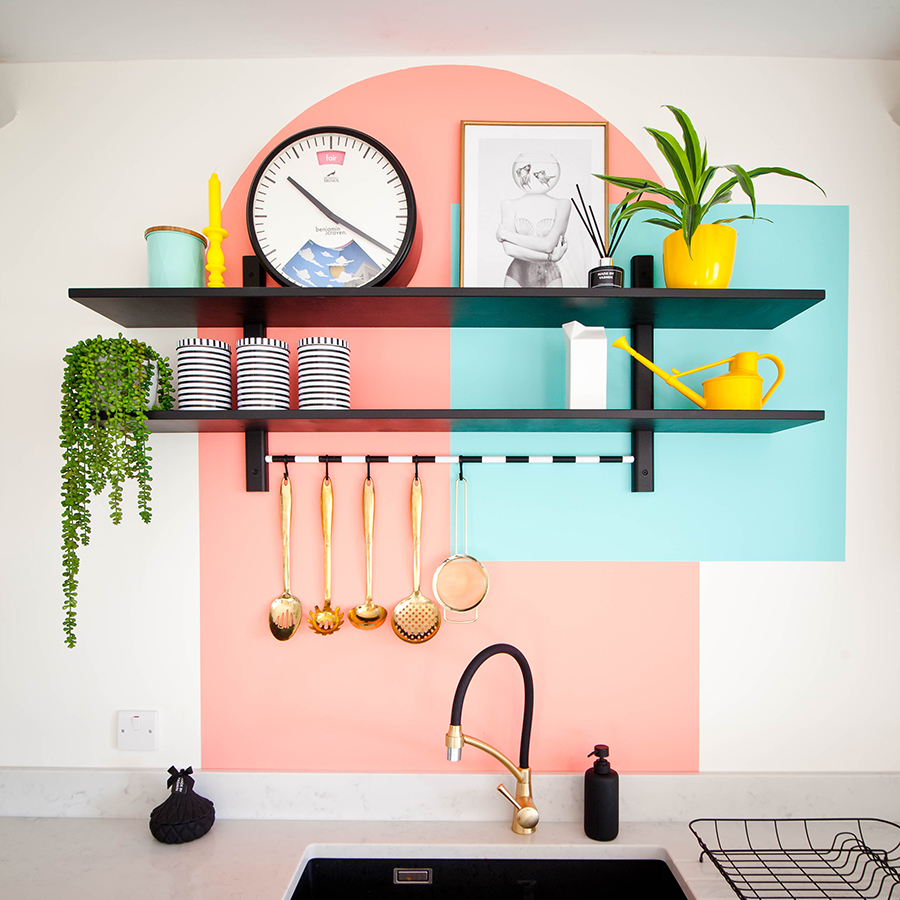 Repisas de cocina destacadas con figuras geométricas pintadas de colores vibrantes.
