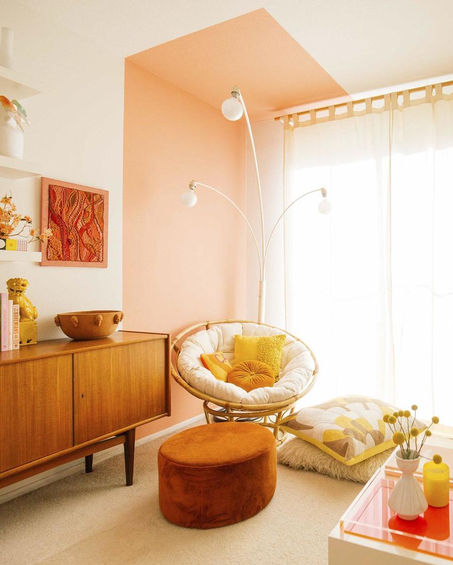 Puedes destacar una esquina pintando una figura geométrica en la pared, como muestra la imagen.