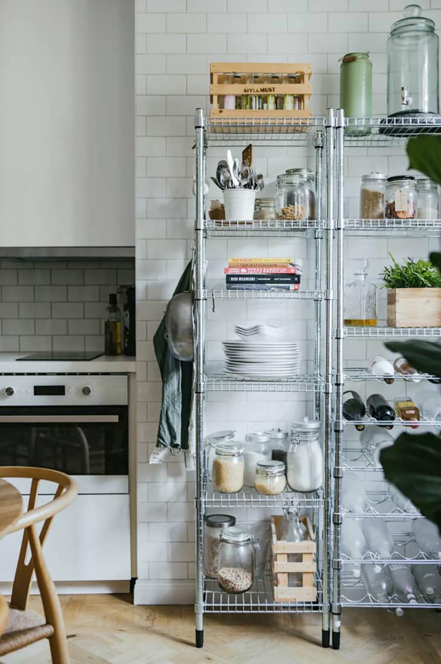 Estantería de metal para la cocina, con espacio para poner implementos o vajilla.
