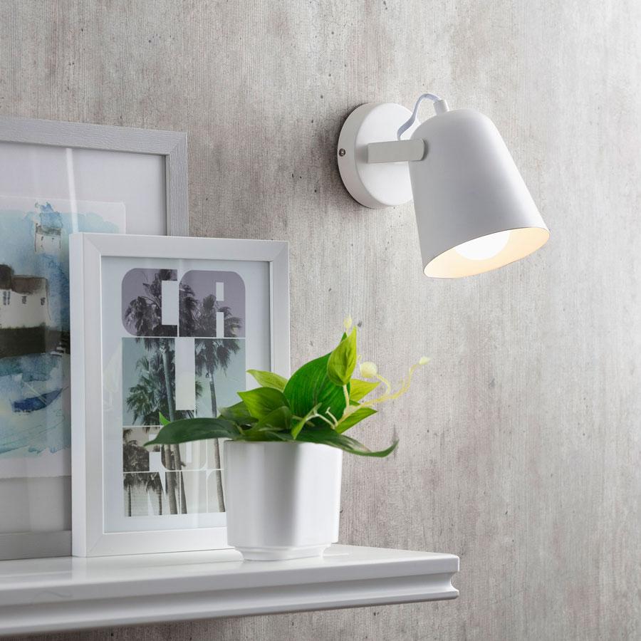 Este ejemplo de un apliqué con pantalla metálica sirve para iluminación funcional.