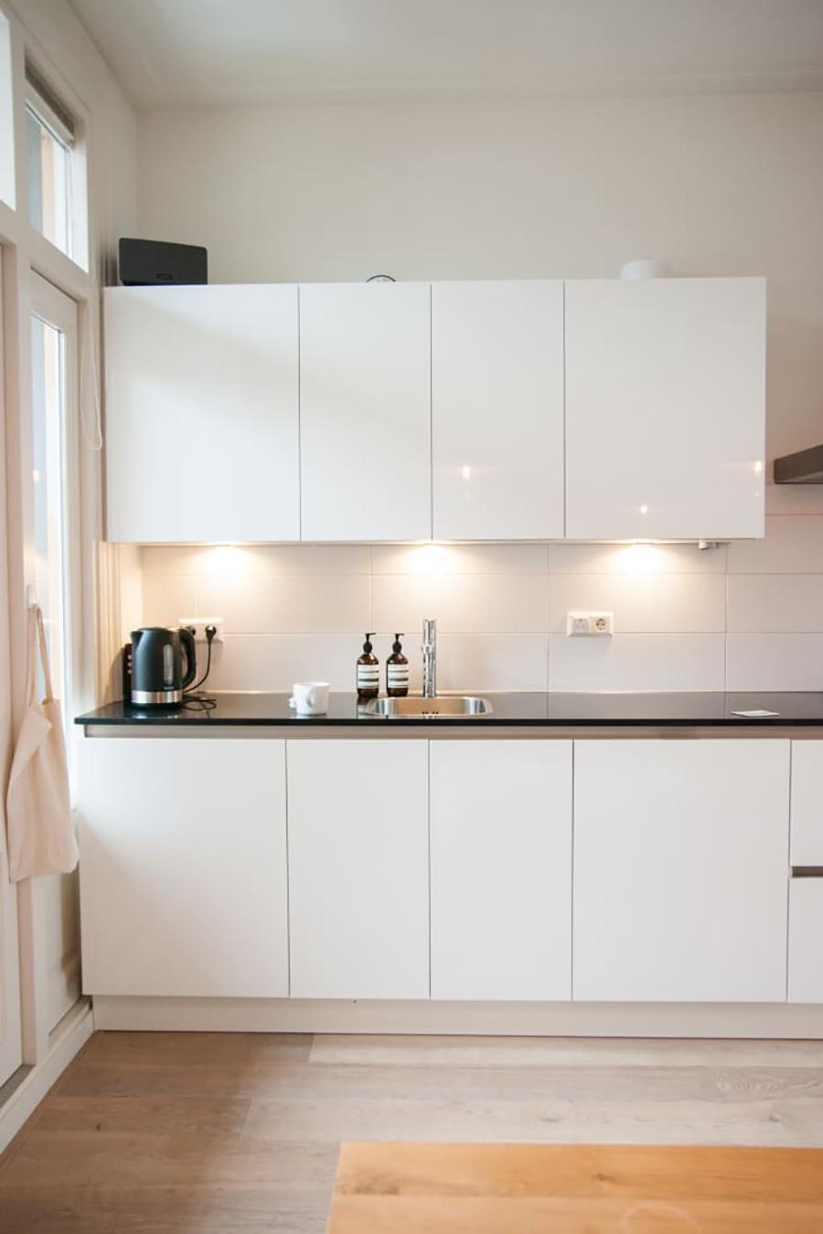 Los focos bajo los muebles de cocina ayudan a que el área de trabajo esté bien iluminada.