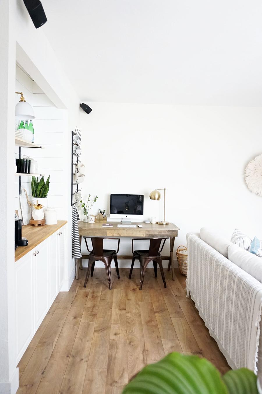 Hay distintas formas de crear ambientes delimitados en un living, como en el ejemplo de la foto en que hay un ambiente para trabajar o estudiar
