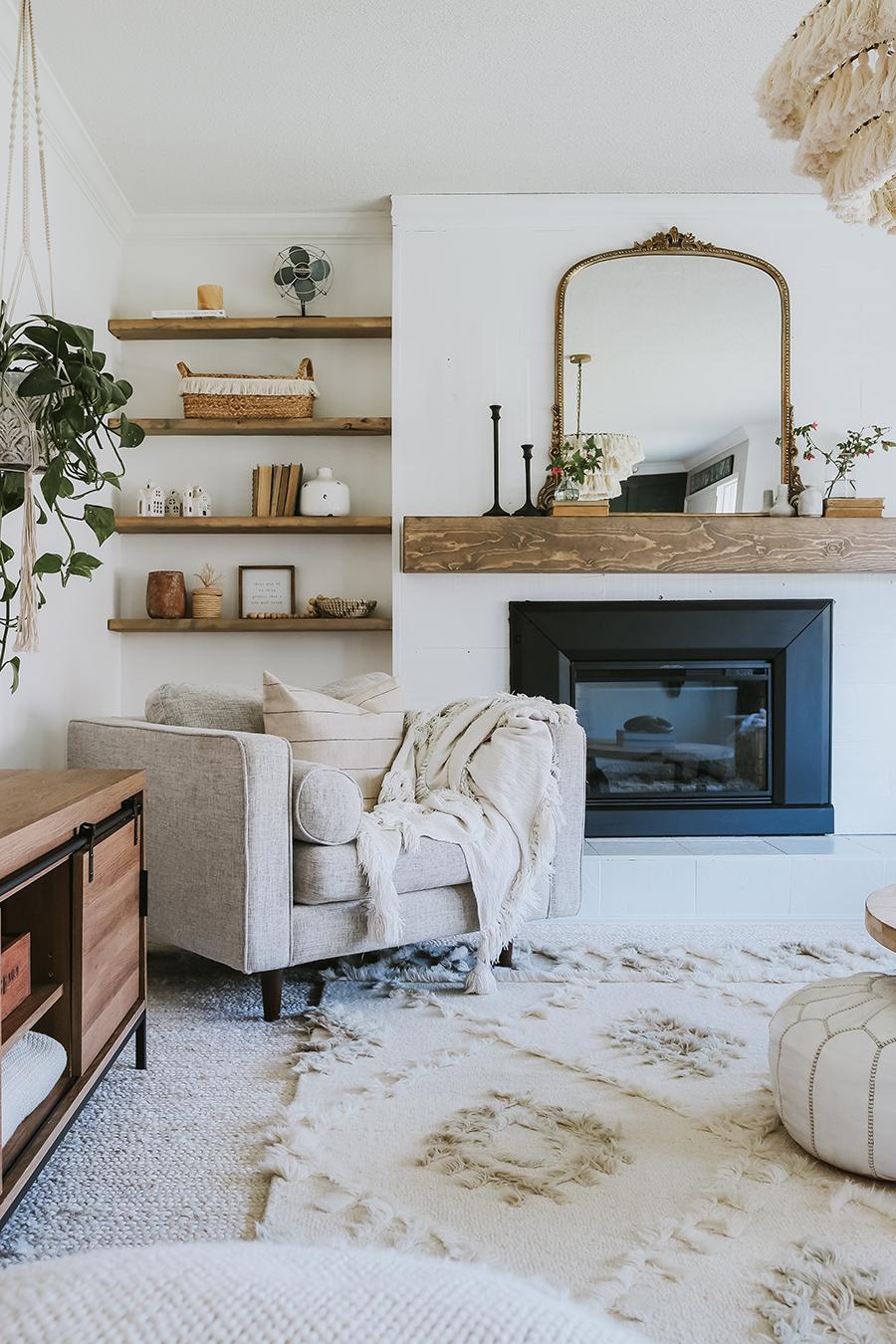 En la imagen se muestra un living con colores neutros, materialidades y texturas que ayudan a crear un ambiente relajado.
