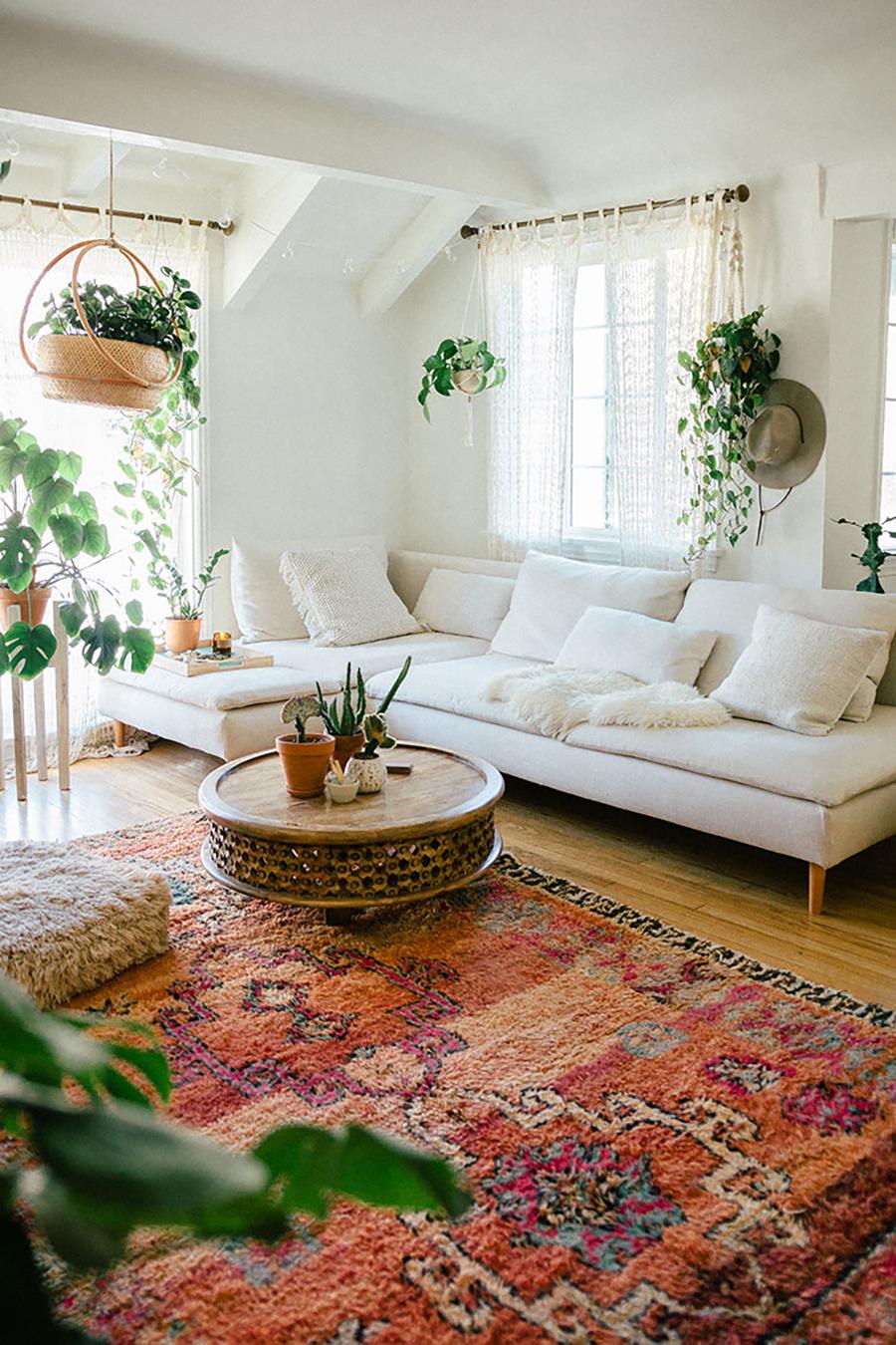 Los textiles como alfombras coloridas o muchos cojines sobre el sofá, aportan a crear un living o sala de estar más moderno.
