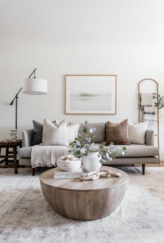 En este living, la mesa de centro de madera es un punto focal de la decoración.