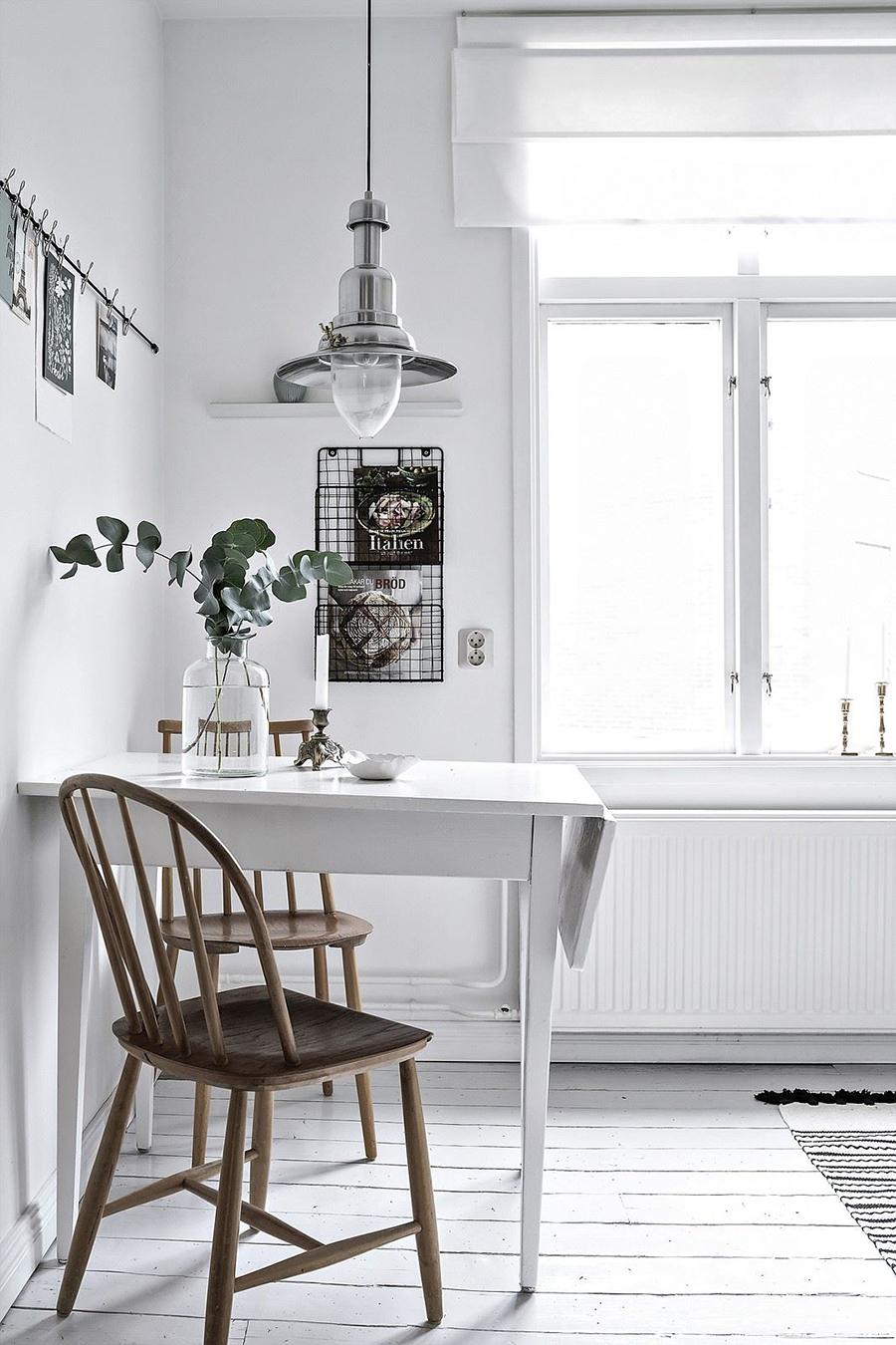 Una lámpara colgante con mucho estilo puede darle un toque especial al comedor de diario.