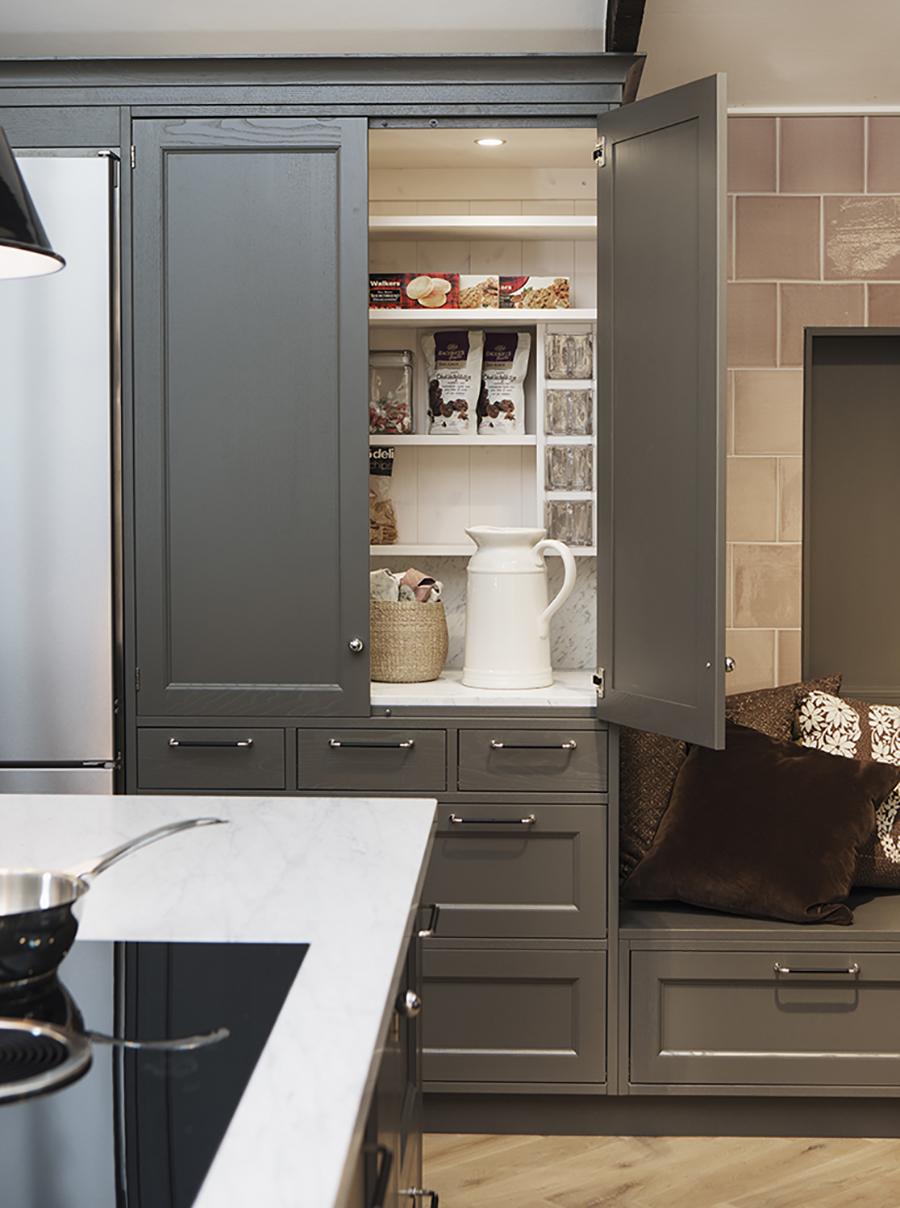 Un foco con sensor de movimiento ayudará a iluminar tus muebles de cocina.