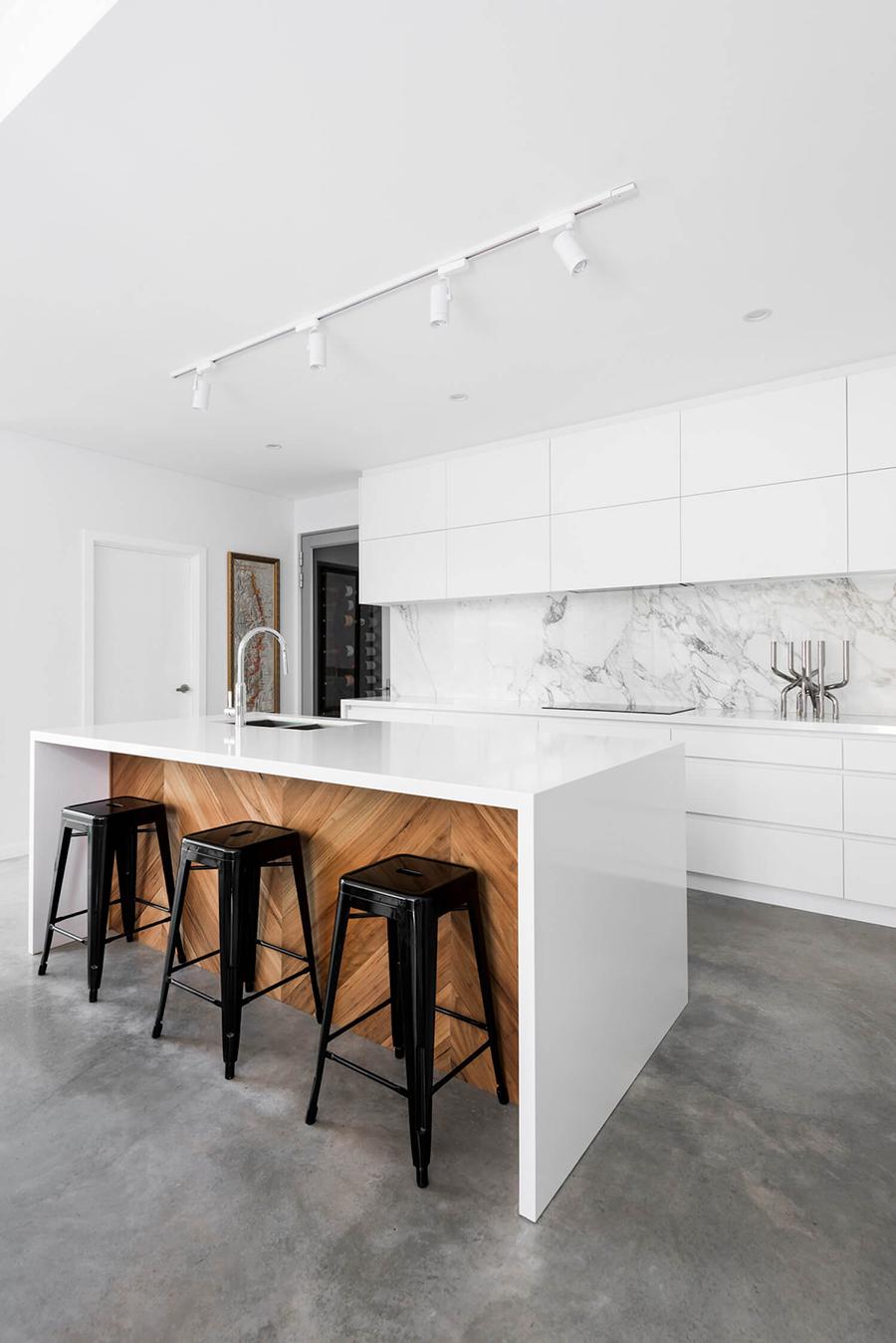 Una hermosa cocina con luces de techo focalizadas