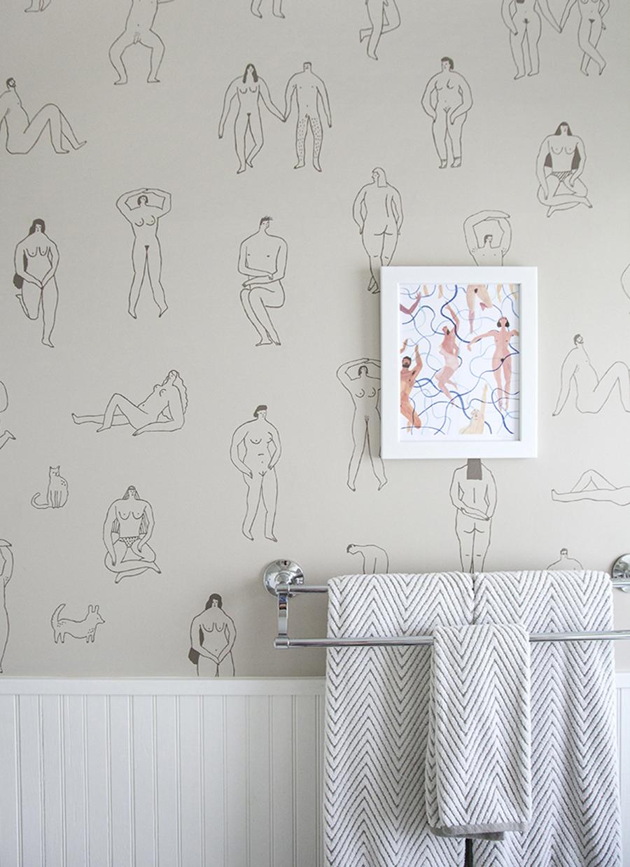 Un papel mural minimalista para el baño puede ser divertido, como este con ilustraciones de figuras humanas.