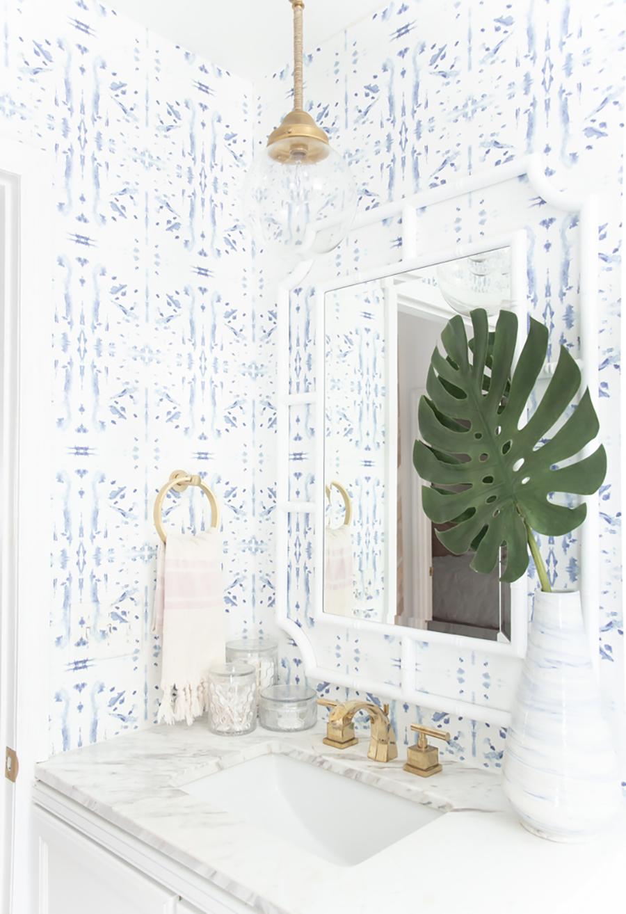 El baño se verá muy bien con papel mural de colores suaves como esta combinaciones de azules claros, con base blanca.
