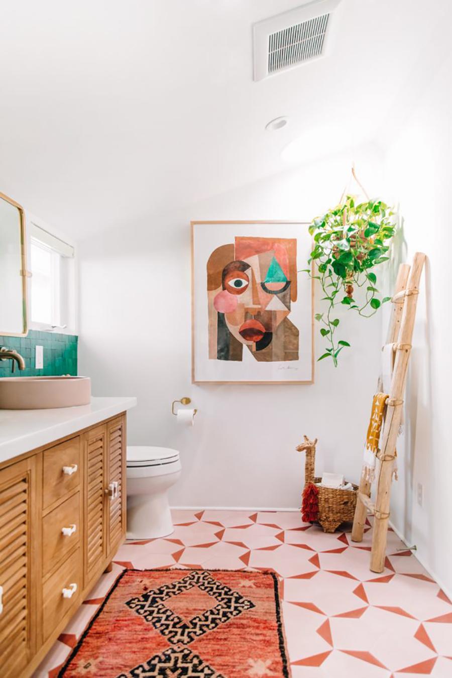 Una decoración relajada para un baño estilo boho.