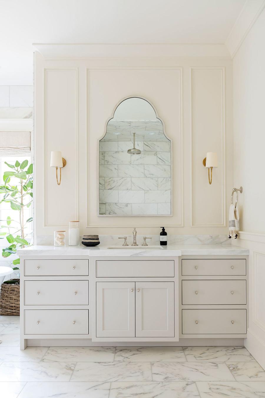 Un baño elegante, decorado en el estilo clásico.