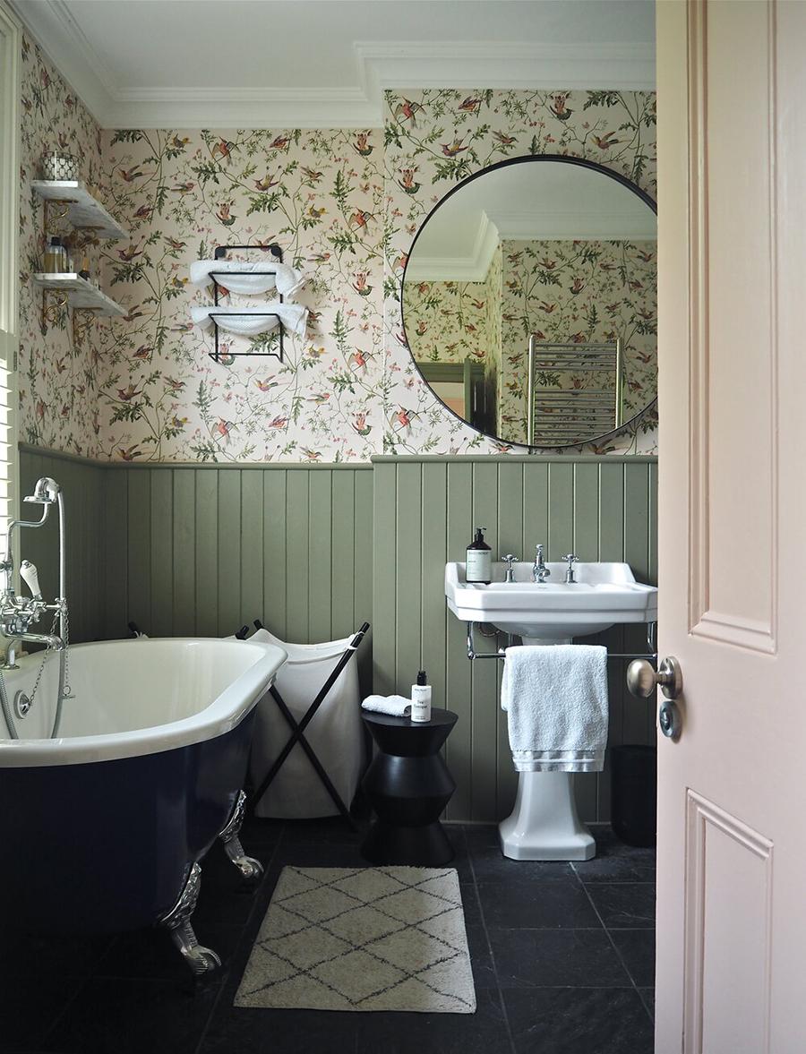 Una buena idea es utilizar papel mural floral en el baño, y complementarlo con paneles de madera hasta la mitad de la pared.
