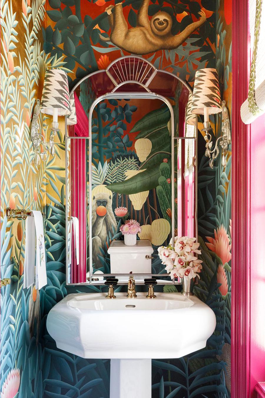 Un pequeño baño puede resaltar completamente con un papel mural maxi, que se vuelve el foco de atención en la decoración del espacio.
