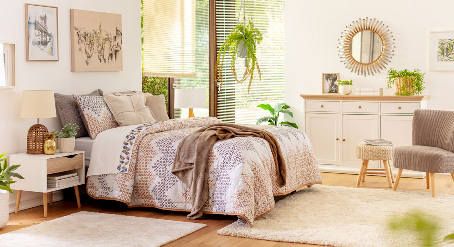 Las cómodas tienen mucho espacio de almacenamiento, y también puedes ocupar su superficie para decorar.