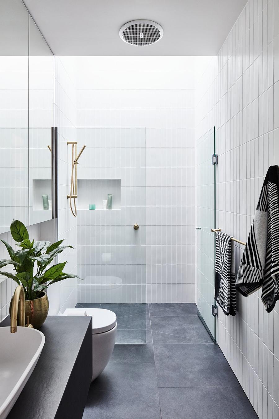 Uno de los cristales de la mampara basculante abre hacia fuera o hacia adentro de la ducha.