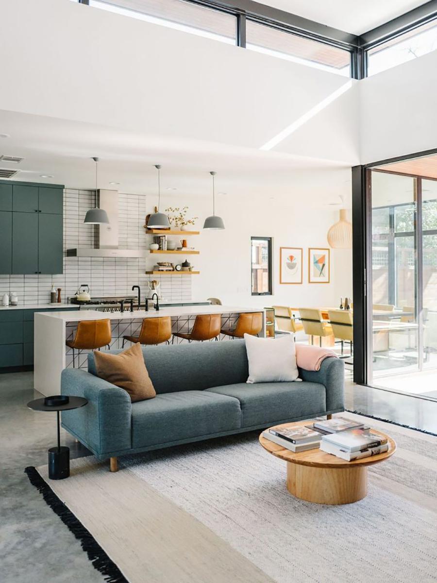 Esta imagen muestra una cocina abierta, que se fusiona con el living y comedor.