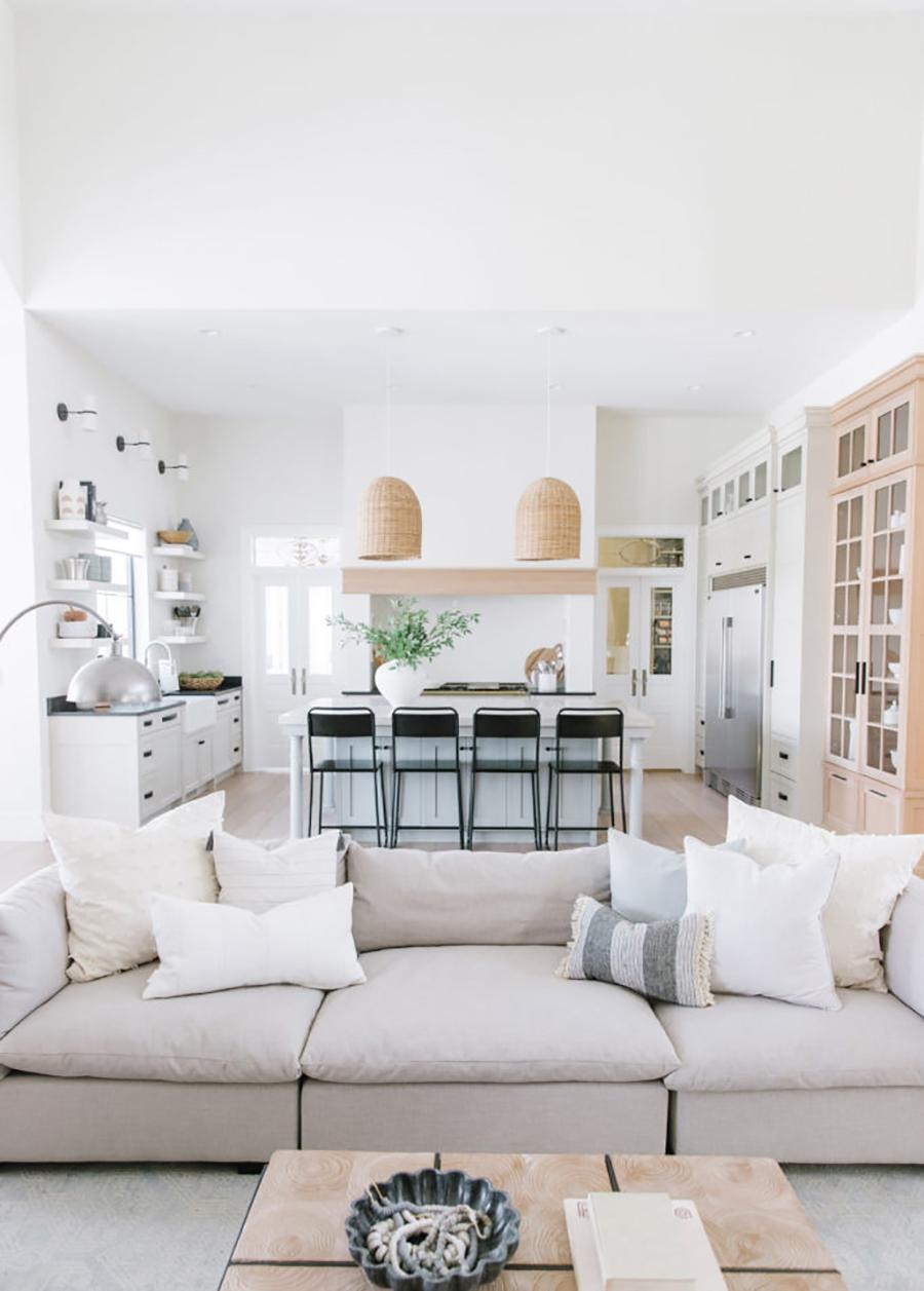 Esta cocina abierta se comunica con el living del hogar.