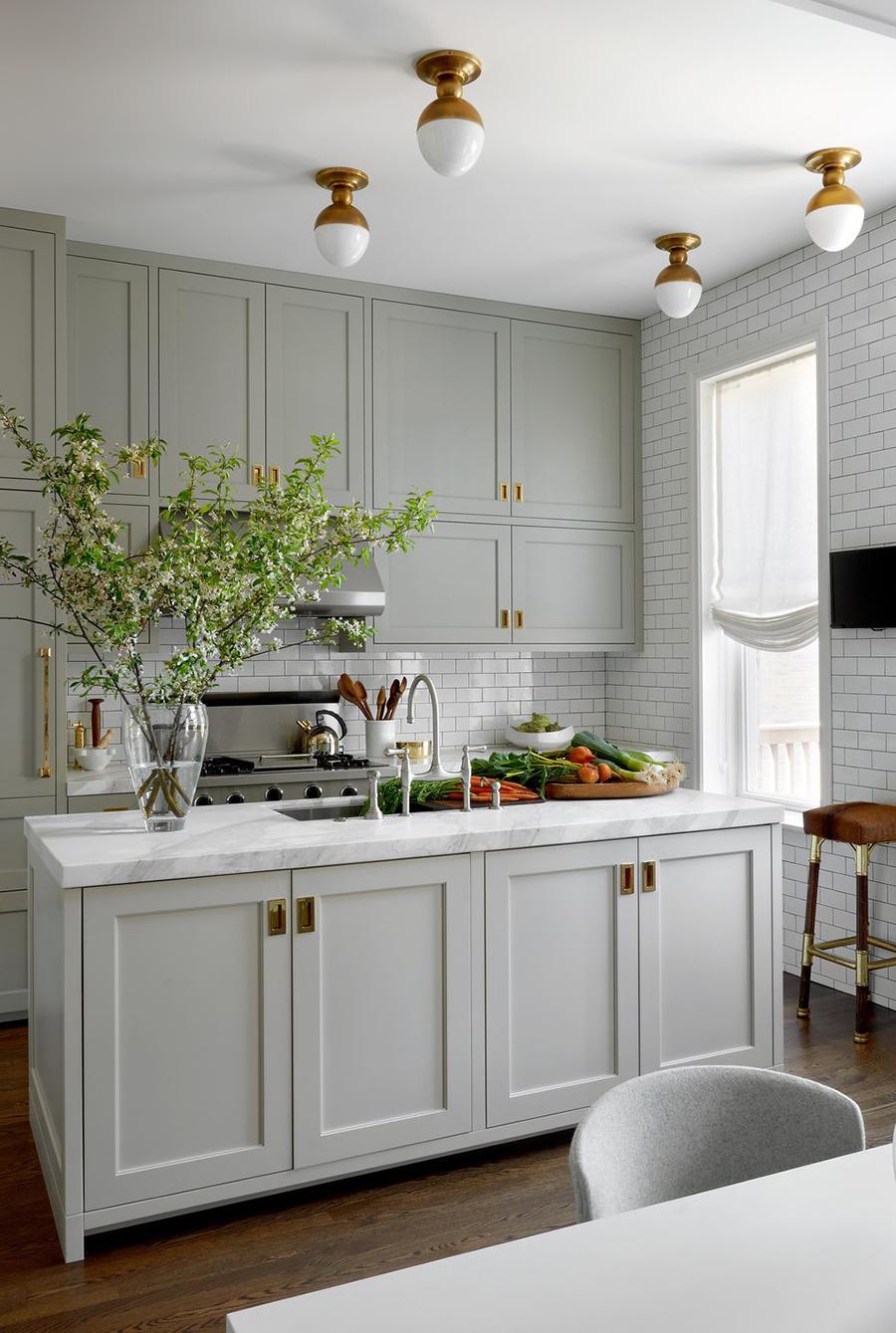 En esta imagen se muestra a una cocina abierta, cuyas paredes están revestidas en azulejos.