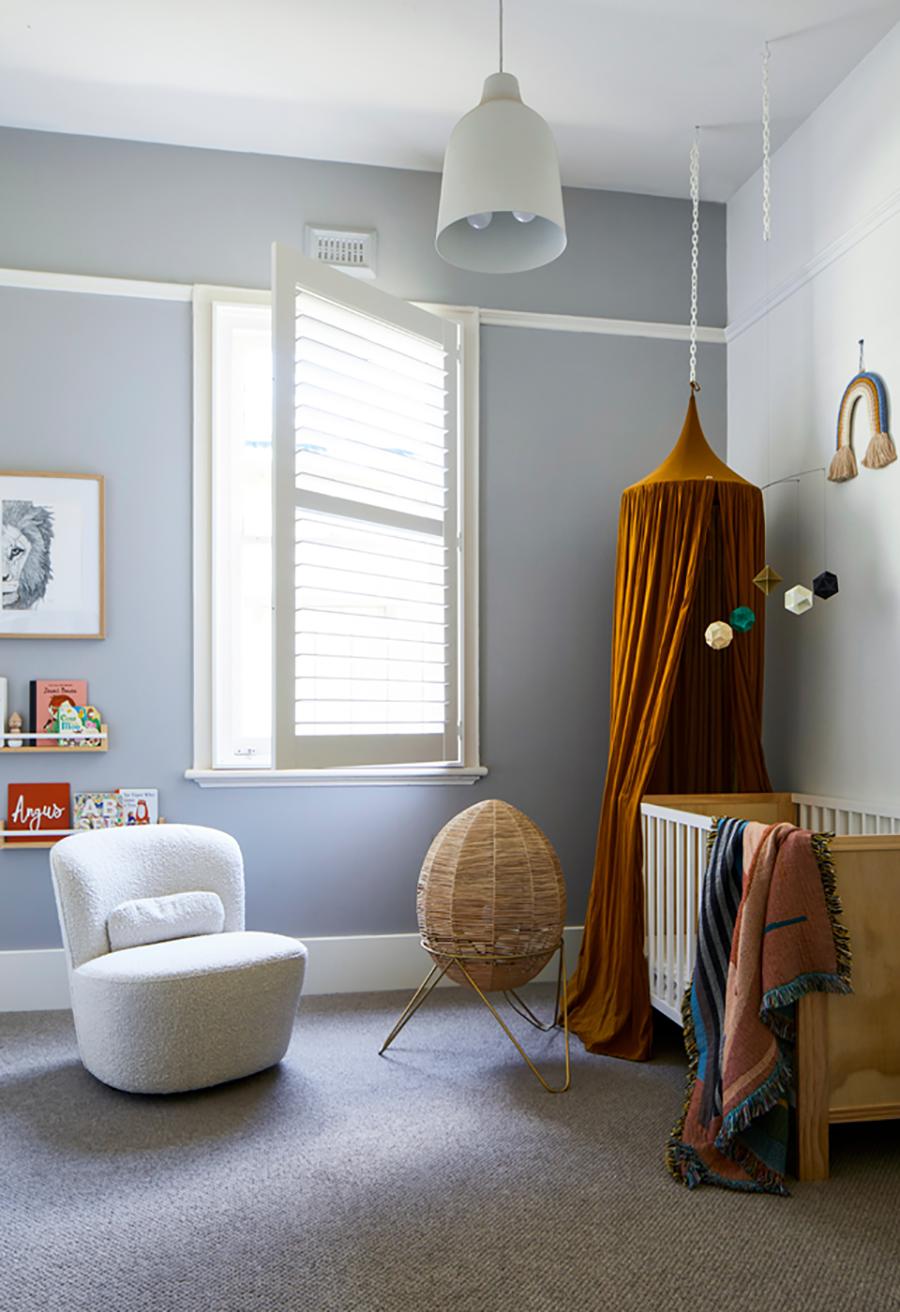 En un dormitorio de bebé, como la de la fotografía, los pisos alfombrados son ideales, debido a que los niños pasan mucho tiempo en ella.