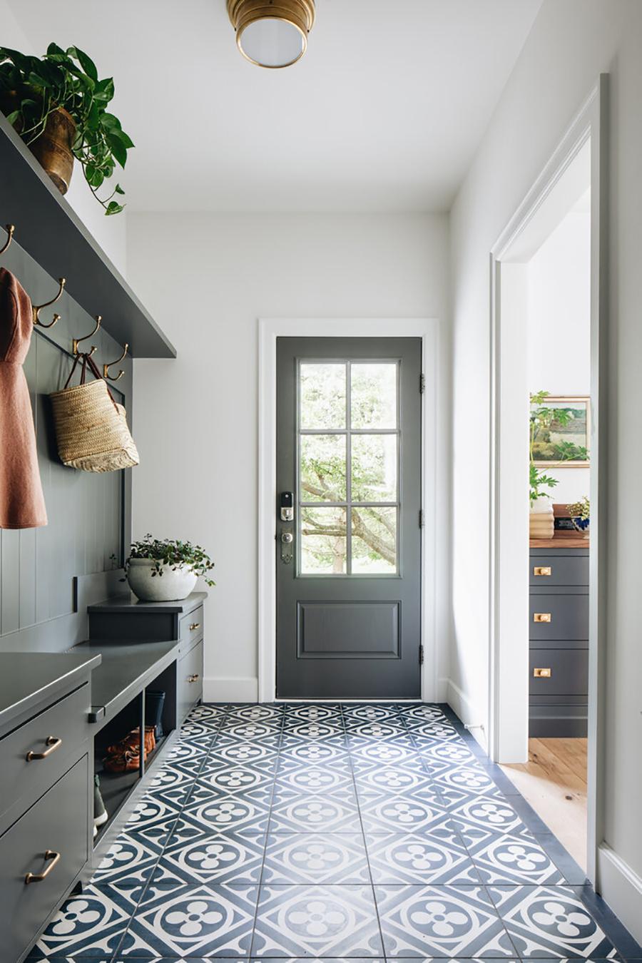 Recibidor con piso en tonos que combinan con los demás muebles.