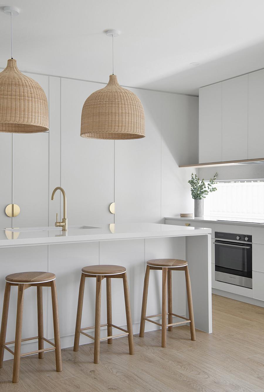 Esta imagen muestra una idea para cocina con muebles estéticamente sencillos, que pasan casi desapercibidos.