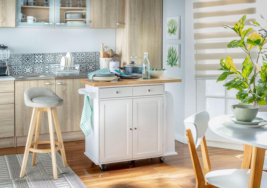 Las islas móviles para cocinas modernas son muy prácticas para moverlas a otros espacios de la casa.