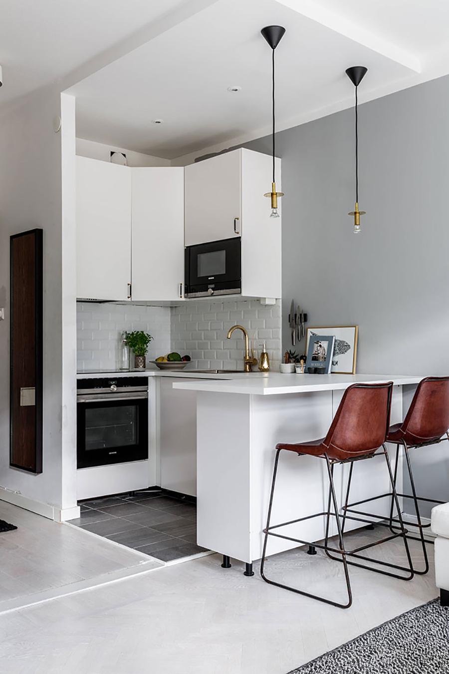 Para cocinas más pequeñas, la isla de cocina puede proporcionar un espacio extra para poner sillas y usar de superficie para comer o realizar otras actividades.