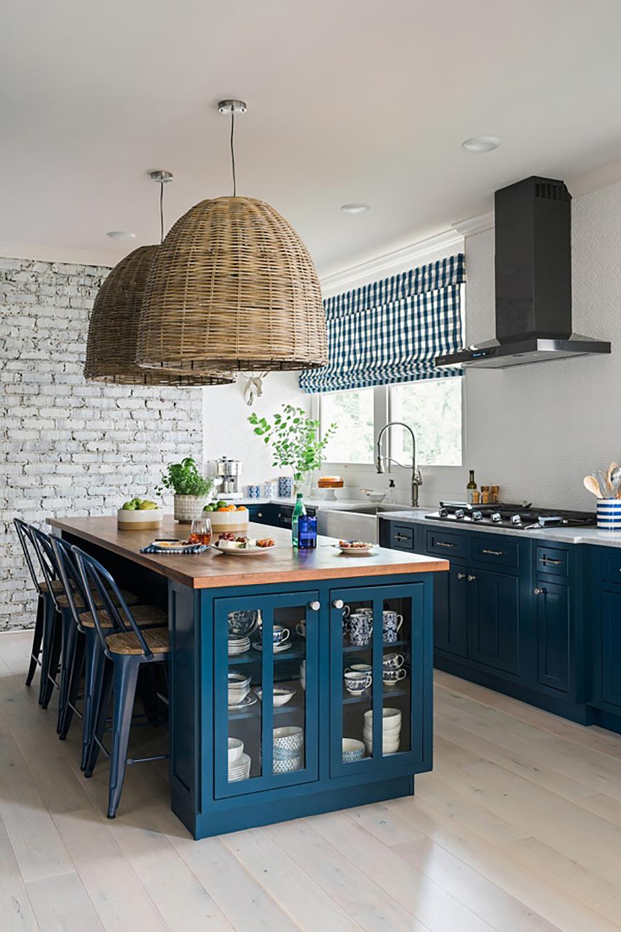 En la fotografía se ve un ejemplo de isla de cocina con espacio de almacenaje, para guardar menaje o ingredientes para cocinar.