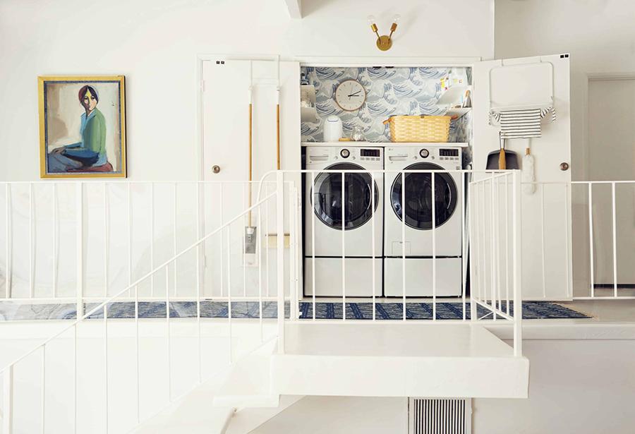 Las puertas de una logia cerrada son un buen lugar para guardar implementos de lavado.