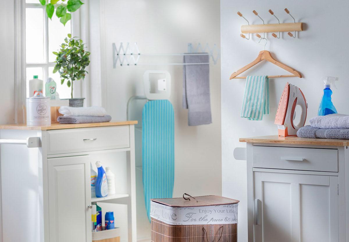 En esta imagen se muestra una logia pequeña, con colgadores y cestos para organizar las toallas y a ropa sucia.