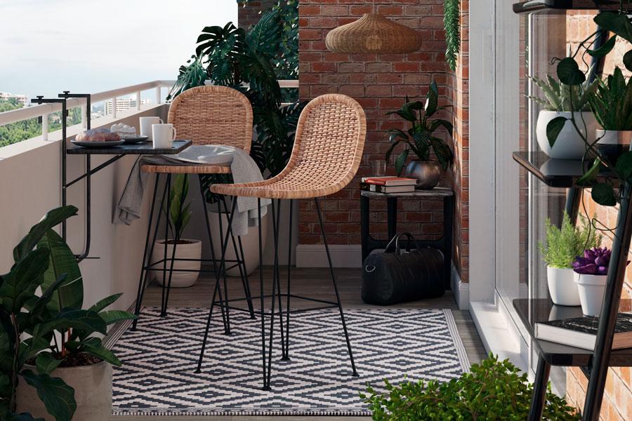 Una mesa flotante y sillas altas hacen que la terraza parezca más grande.