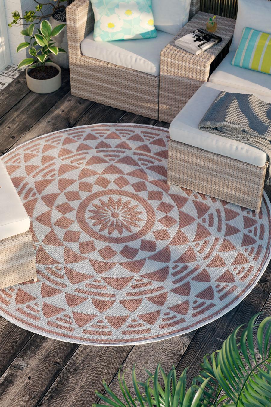 Una alfombra de terraza con diseño geométrico.