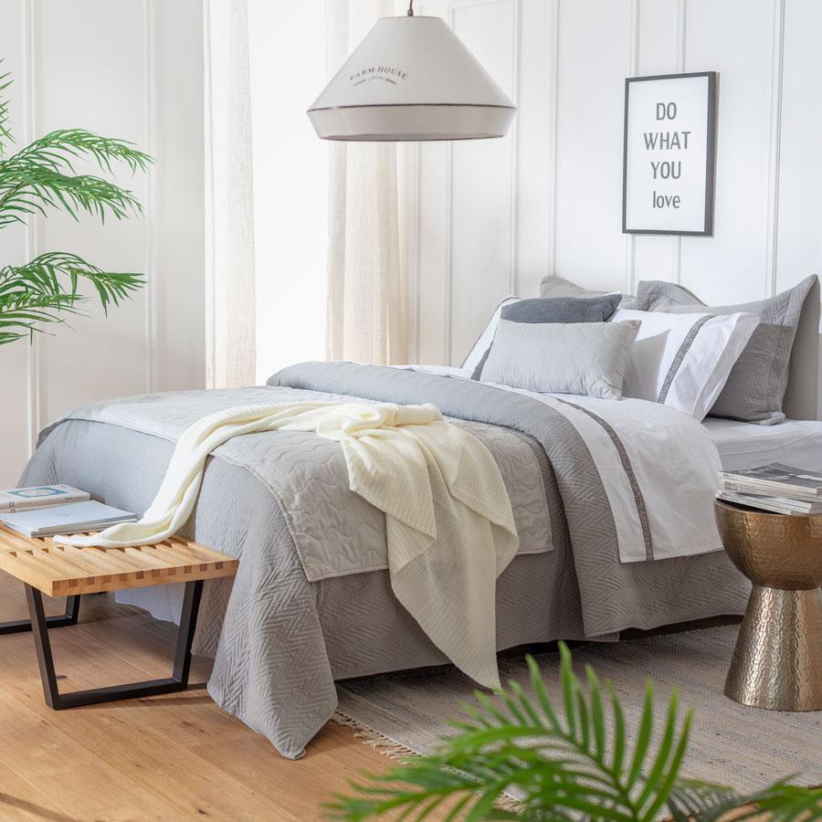 Tendencia en textiles para la primavera 2021: ropa de cama y complementos en colores neutros, como por ejemplo, gris o beige.