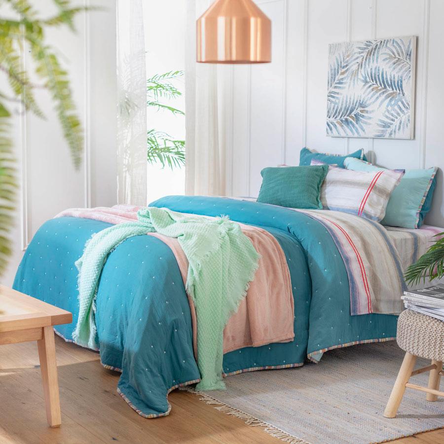Colores en textiles en tonalidades frías, como azul, celeste o verde agua.