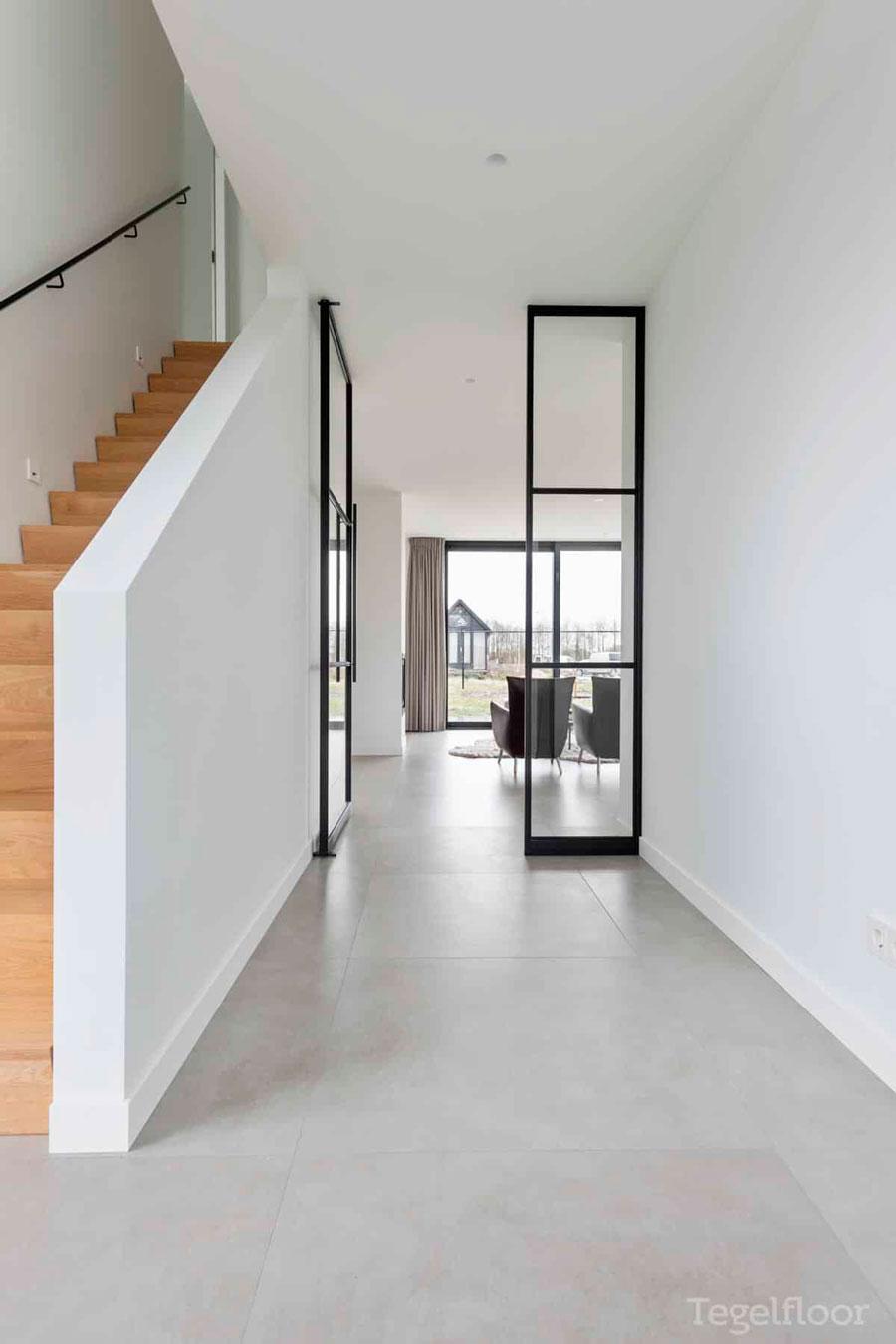 Los cerramientos dividen espacios, aprovechando en toda la casa la luz de las ventanas