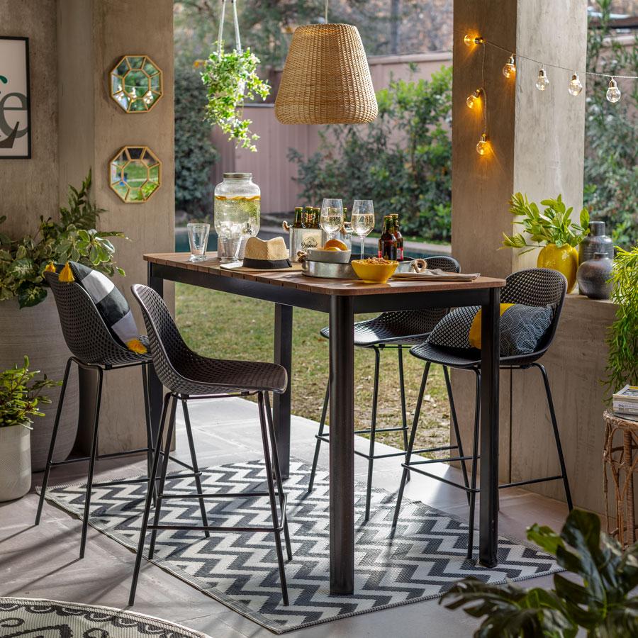 Terraza con guirnaldas de luces decorativas.