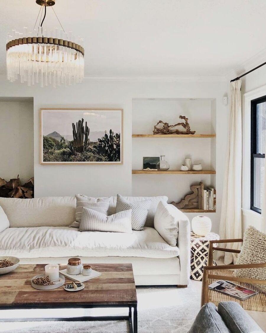 Un living con mucha madera y predominancia del blanco y el beige.