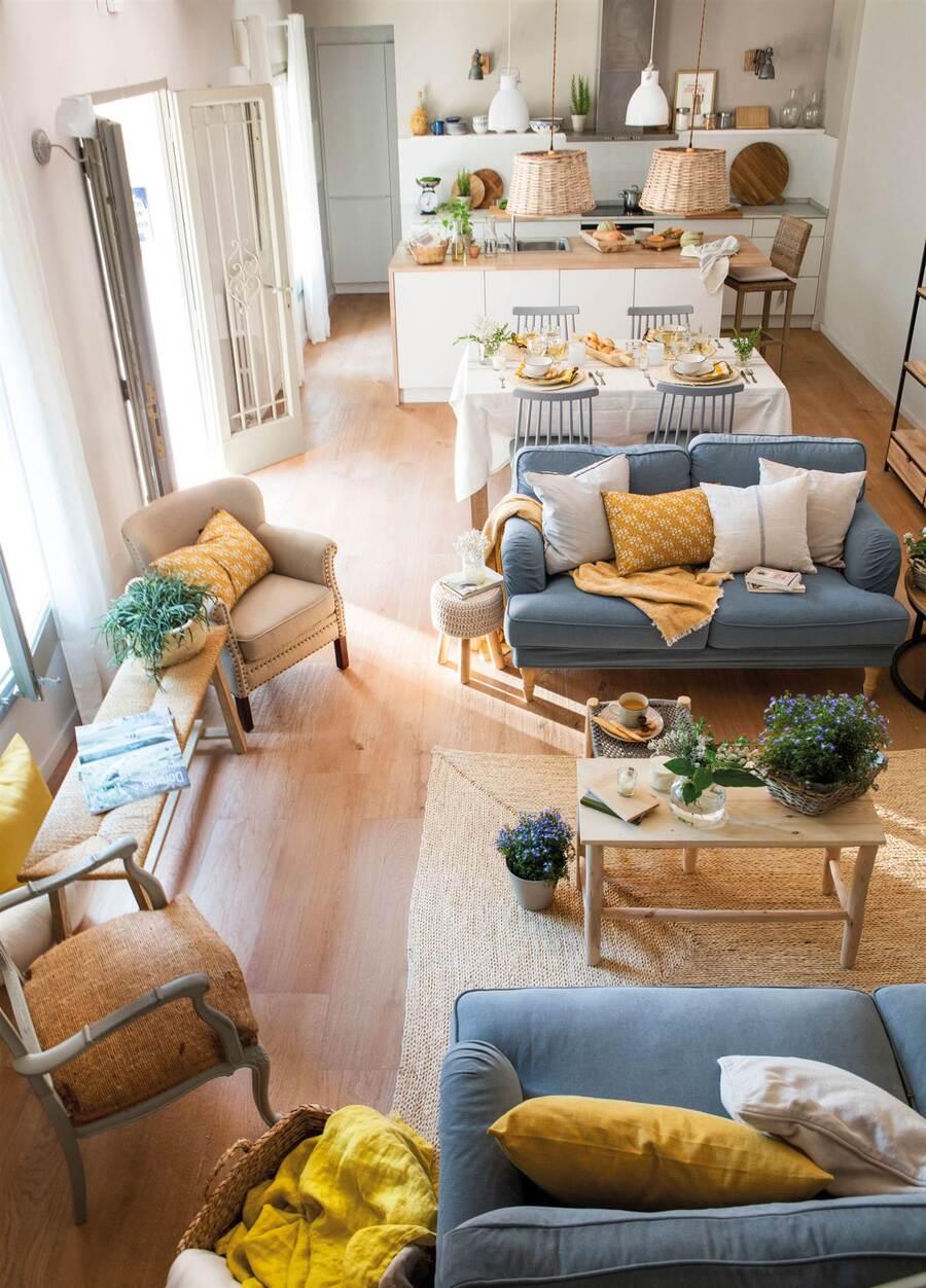 Una casa con concepto de espacio abierto, en donde conviven el living, comedor y cocina en un mismo espacio.