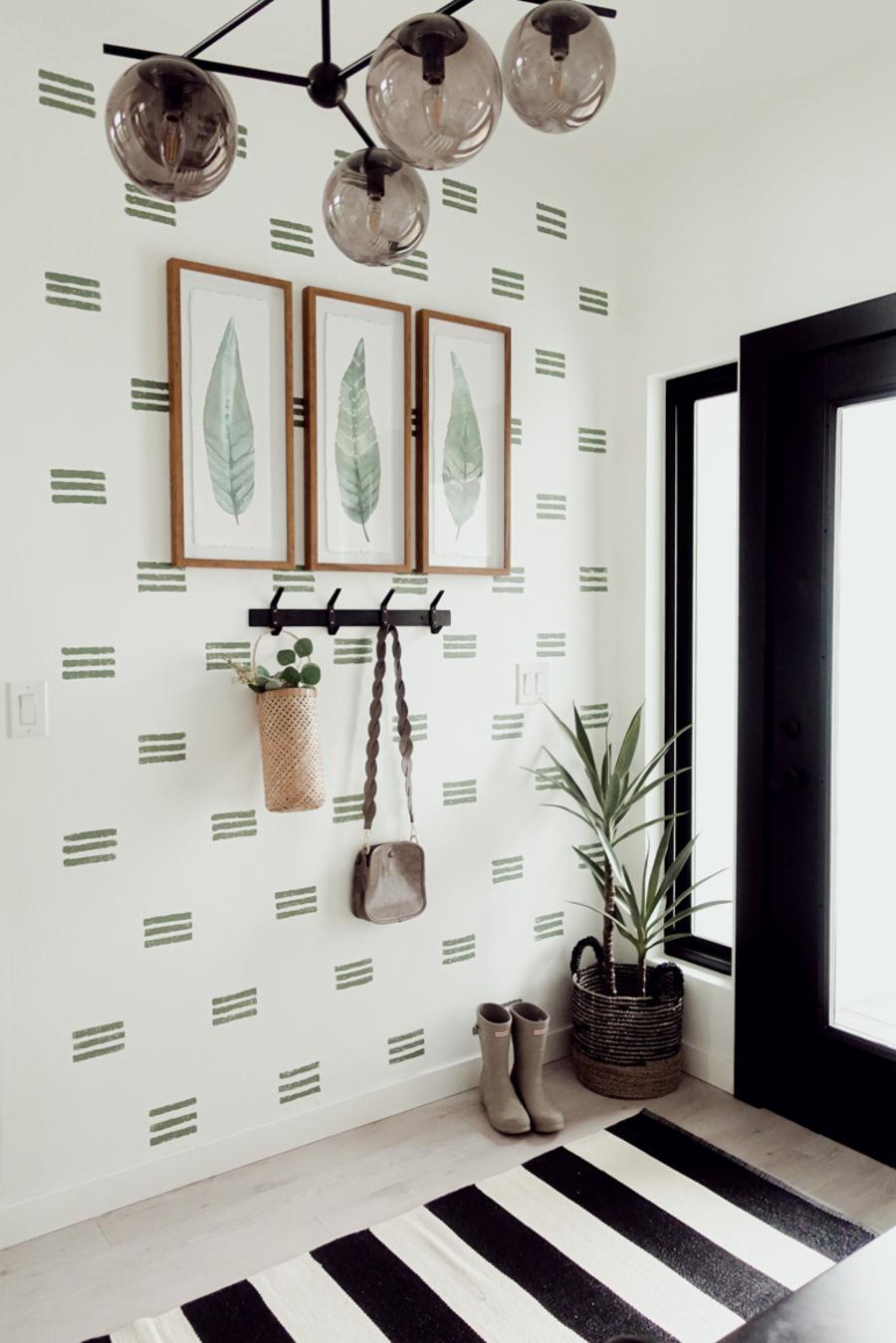 Pared decorada con stencils: pequeños patrones estampados.