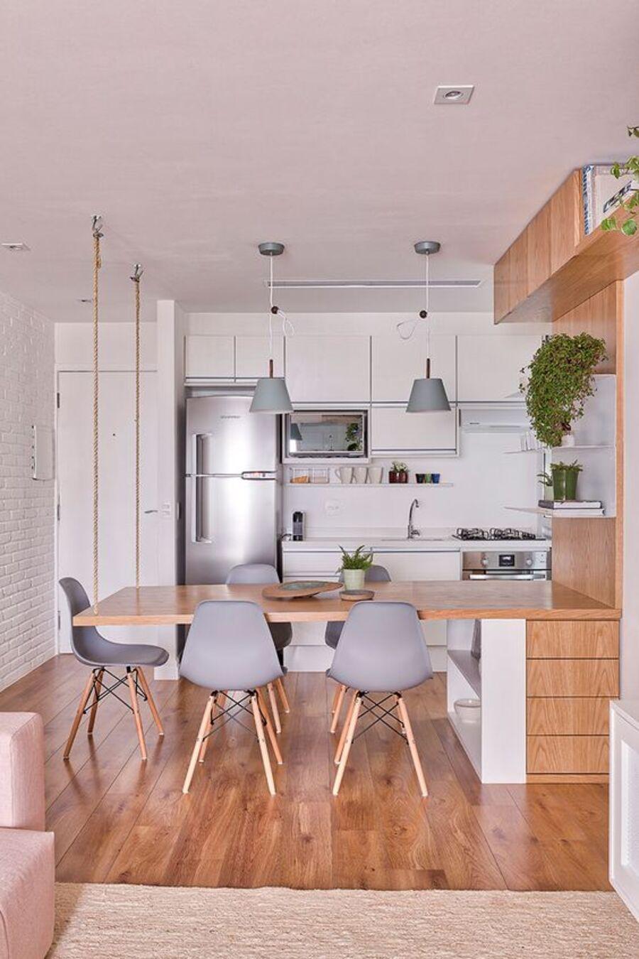 Una cocina con un mesón que también funciona como comedor.