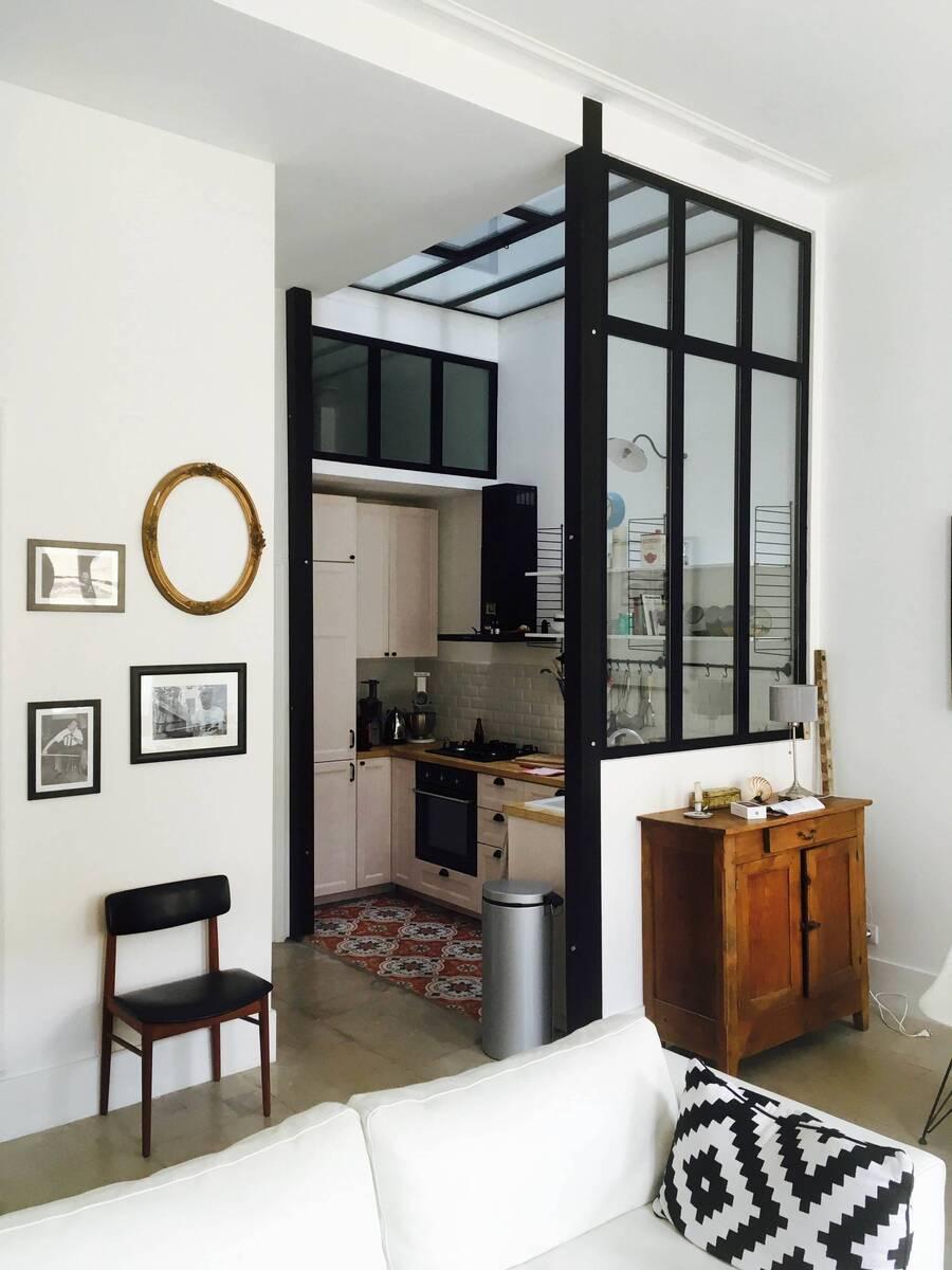 Los cerramientos en cocinas pequeñas permiten que los malos olores no lleguen al resto del hogar.