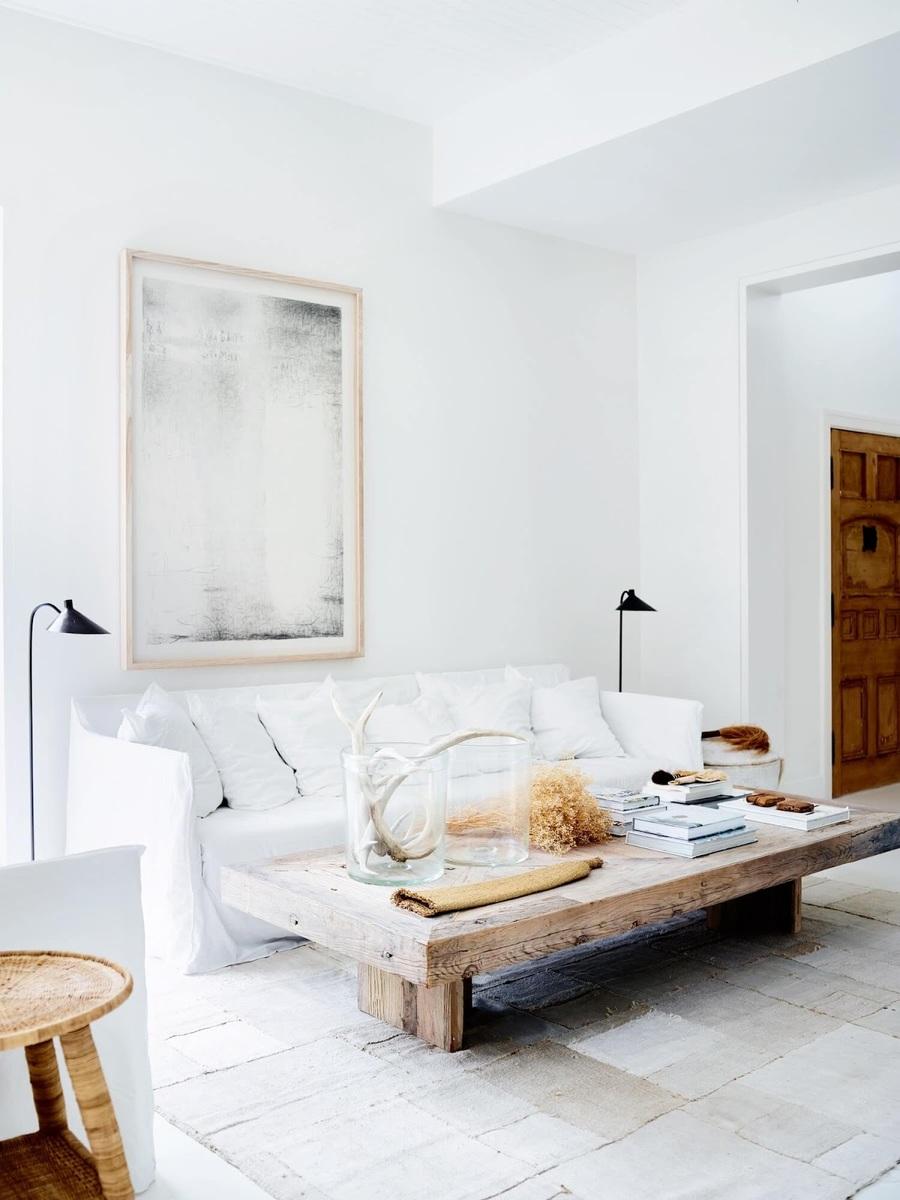 Los ambientes están despejados, con pocos elementos y muebles funcionales.