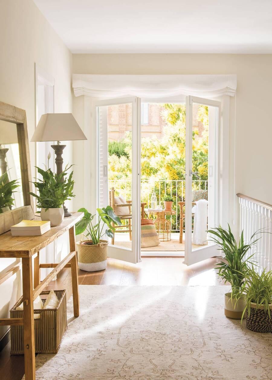 Un gran ventanal une los espacios de adentro y fuera.