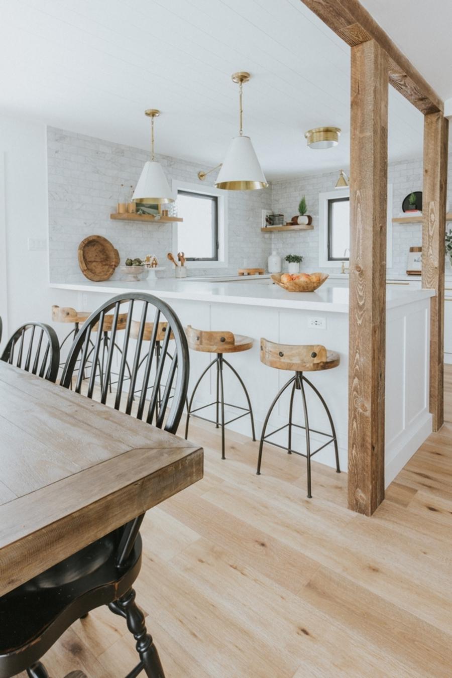 En este departamento con concepto abierto, es muy fácil comunicarse desde el comedor a la cocina.